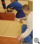 Ekipa PRYMAT w trakcie montażi mebli w Chipita Poland