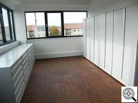 Metalowe szafy na rysunki oraz szafy aktowe po ustawieniu w pomieszczeniu